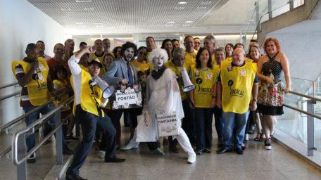 """Com direito a """"funcionário fantasma"""", servidores da CLDF protestam"""
